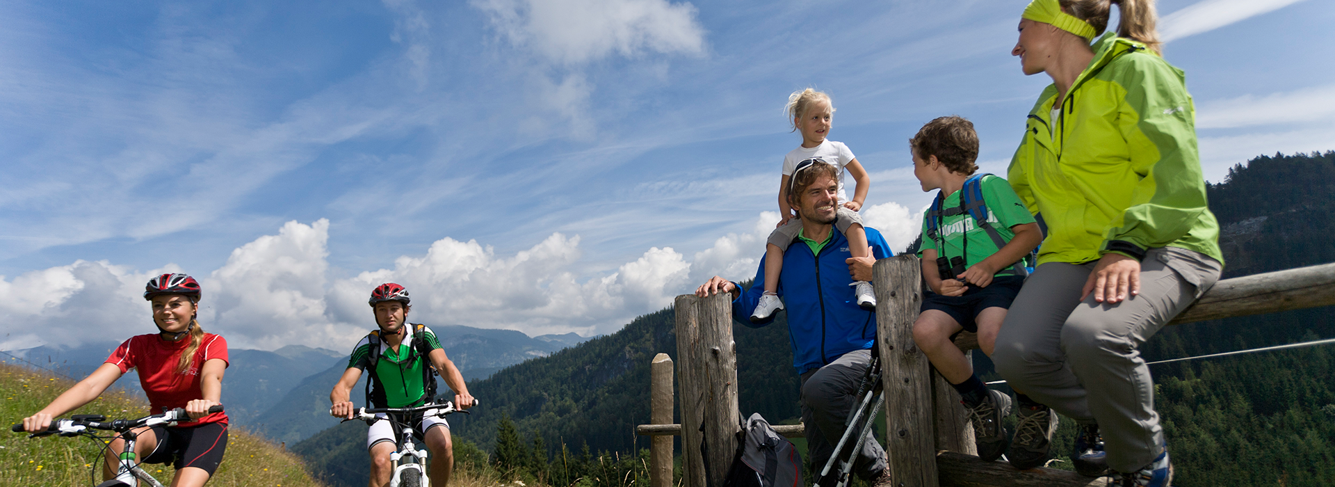 Wanderer und Mountainbiker genießen die Natur